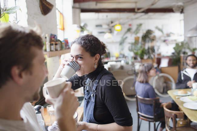 Mitbewohner Freunden Kaffeegenuss in Küche — Stockfoto