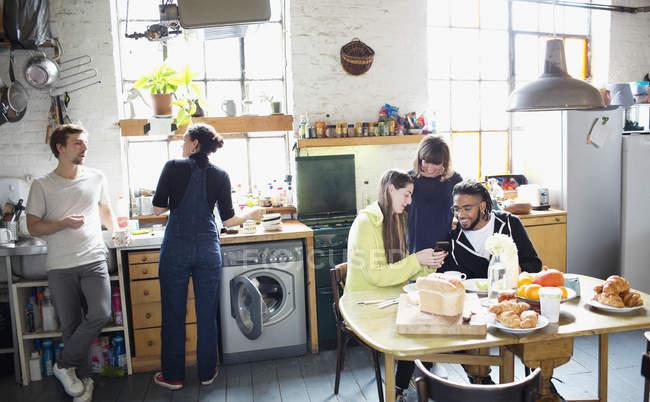 Amici di giovane adulto coinquilino gustato la colazione nella cucina dell'appartamento — Foto stock