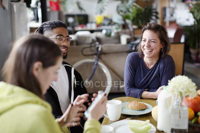 Jungen Erwachsenen Mitbewohner Freunde genießen das Frühstück im Appartement Küchentisch — Stockfoto