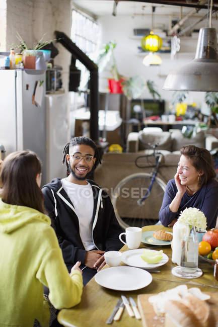 Jungen Erwachsenen Mitbewohner Freunde sprechen am Frühstückstisch in Wohnung — Stockfoto