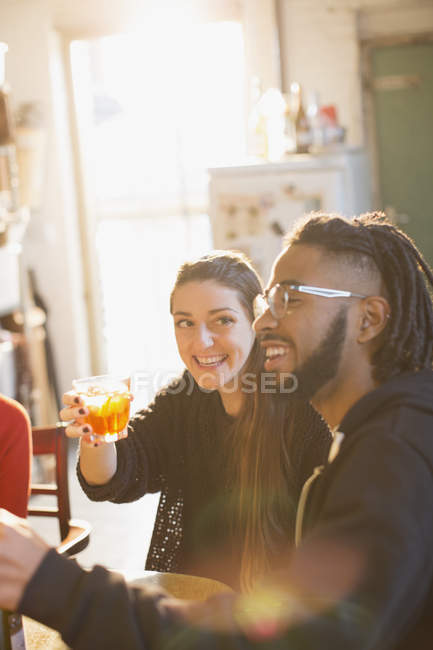 Glückliches junges paar Cocktails genießen — Stockfoto