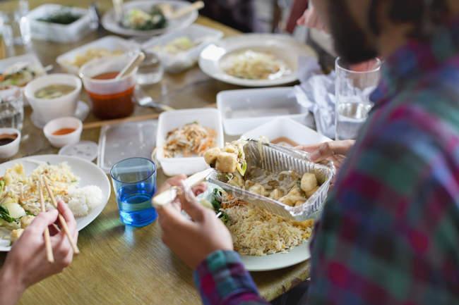 Junger Mann chinesisches Essen zum Mitnehmen — Stockfoto