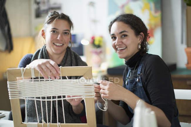 Retrato sonriente a amigos jóvenes haciendo marco cadena - foto de stock