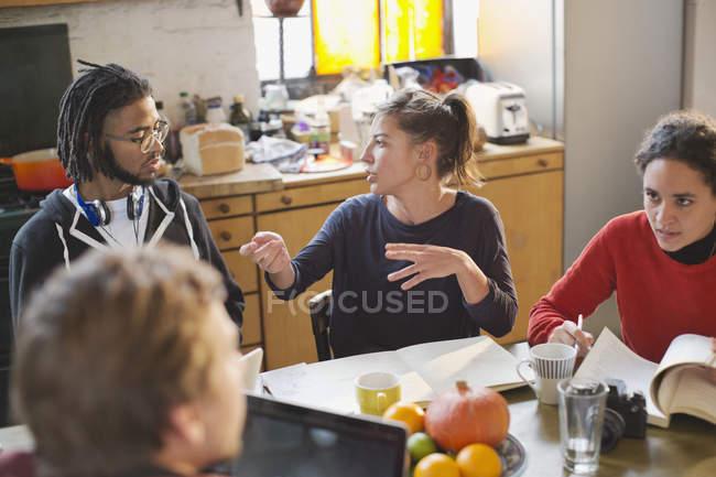 Junge College Student Mitbewohner studieren, Reden am Küchentisch in Wohnung — Stockfoto
