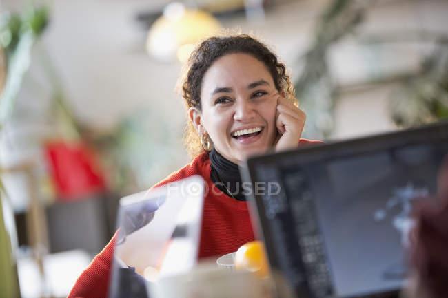 Glückliche junge Kollegin studiert — Stockfoto