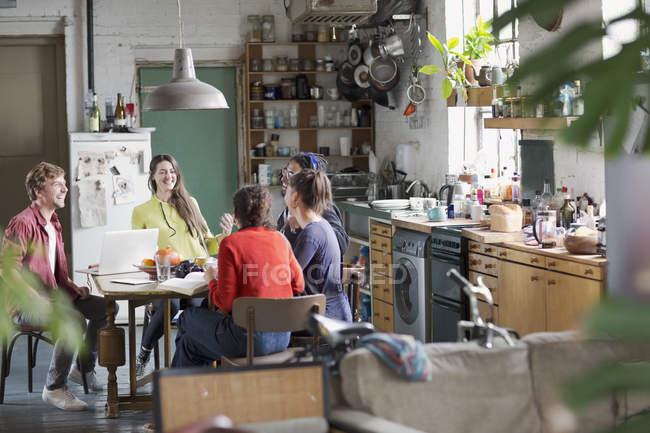 Amici di college giovani studenti coinquilino studiando al tavolo di cucina in appartamento — Foto stock