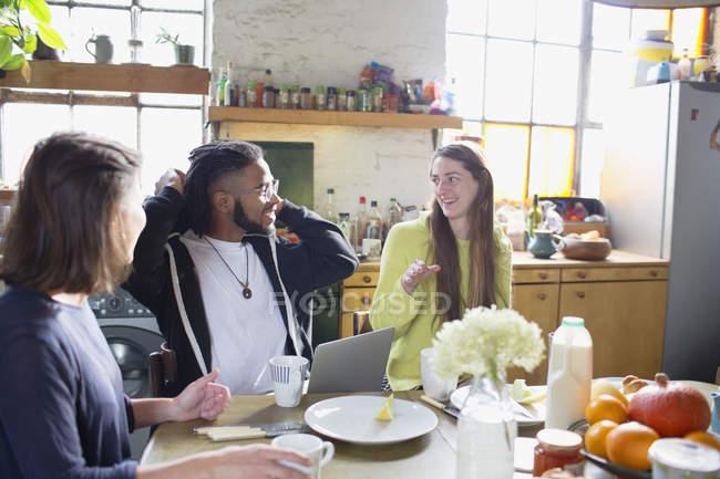 Amici di college giovani studenti coinquilino studiando al tavolo colazione — Foto stock
