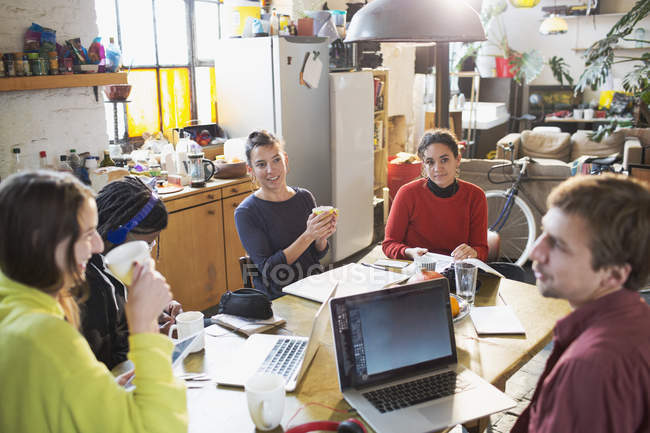 Коледжу друзів студент навчається в кухонному столі в квартирі — стокове фото