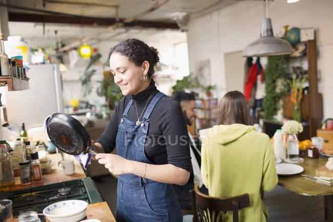 Молодая женщина мытья посуды в кухне — стоковое фото