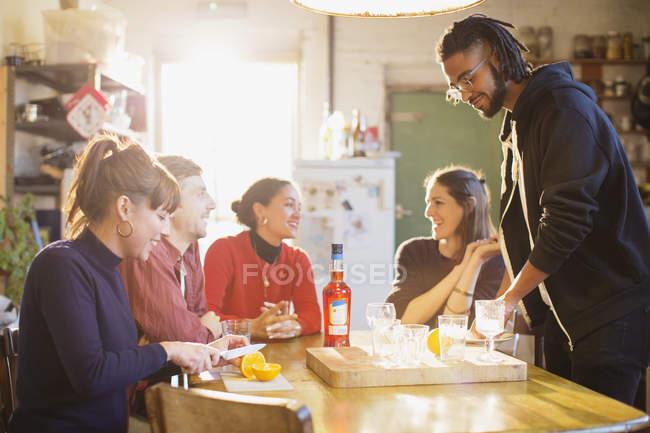 Молодых взрослых друзей приготовления коктейлей в кухне — стоковое фото