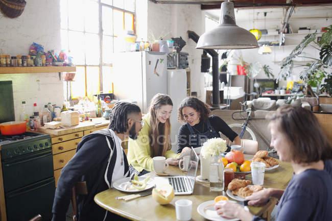 Молодий коледжу студента сусід друзів навчається в сніданком у квартирі — стокове фото