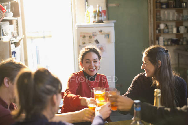 Jeunes adultes amis grillage cocktails dans la cuisine de l'appartement — Photo de stock