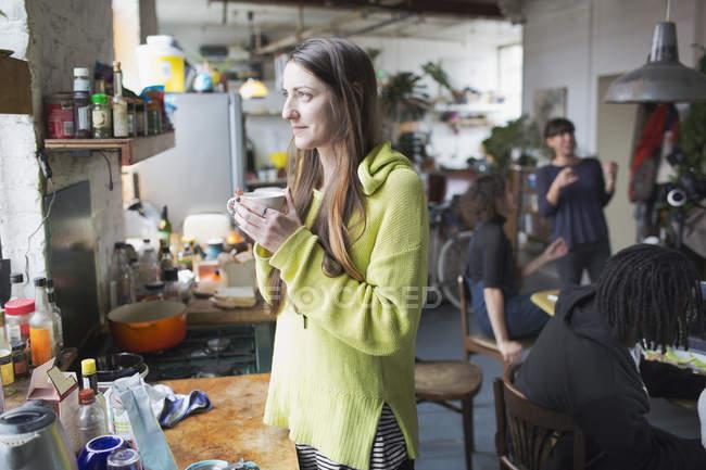 Вдумчивый молодая женщина, пить кофе в кухне — стоковое фото