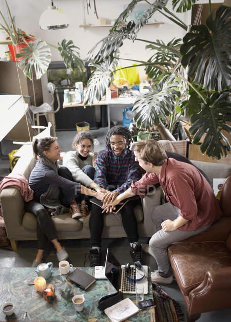 Молодой взрослый сосед друзья Подключение руки в сговор в гостиной квартиры — стоковое фото