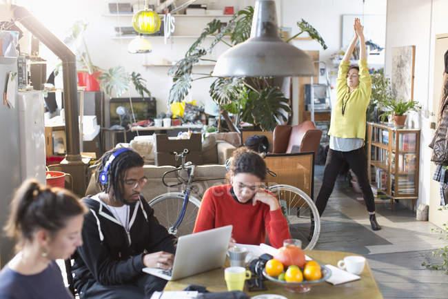 Giovane studente compagni di stanza Collegio studiando e stretching in appartamento — Foto stock