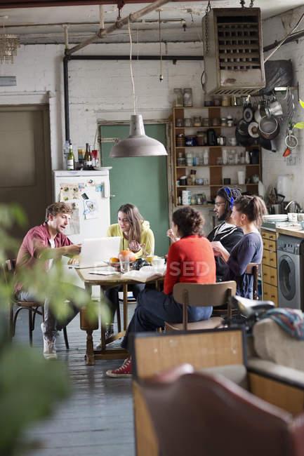 Compañeros de estudiante de Universidad joven estudiaba en la mesa de la cocina en Apartamento - foto de stock