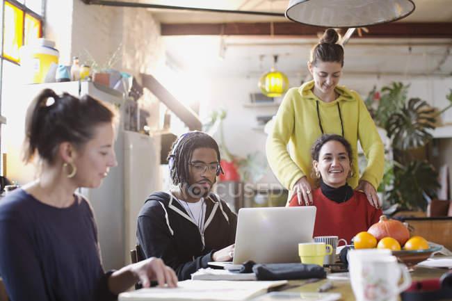 Amigos de faculdades jovem estudante estudar na mesa da cozinha no apartamento — Fotografia de Stock