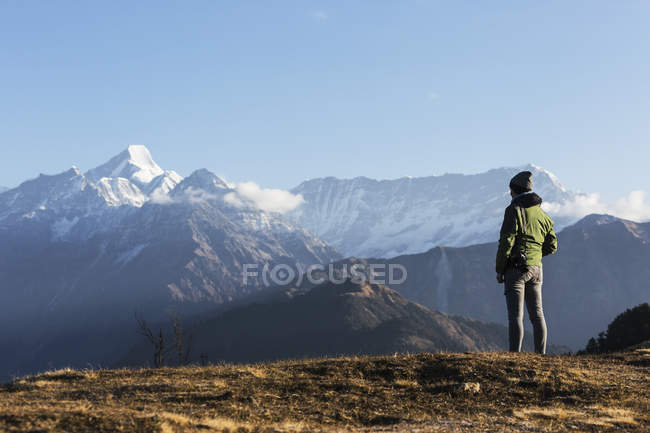 Viaggiatore singolo femminile guardando la maestosa vista sulla montagna, Jaikuni, indiano Himalayan Foothills — Foto stock