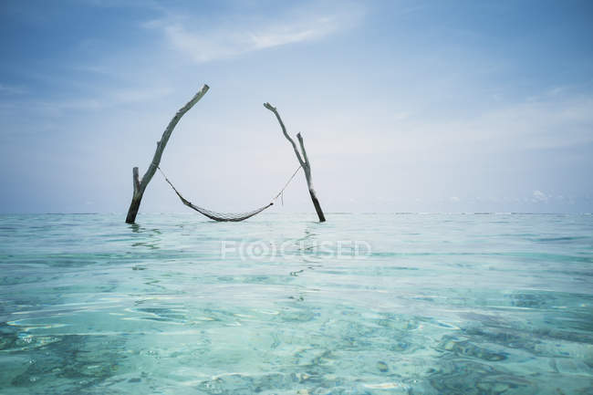 Tranquil hammock hanging over idyllic blue ocean, Maldives, Indian Ocean — Stock Photo