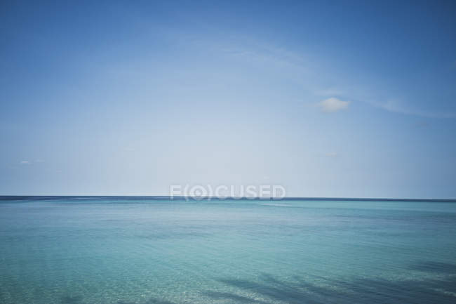 Idyllic, tranquil blue seascape under blue sky, Maldives, Indian Ocean — Stock Photo