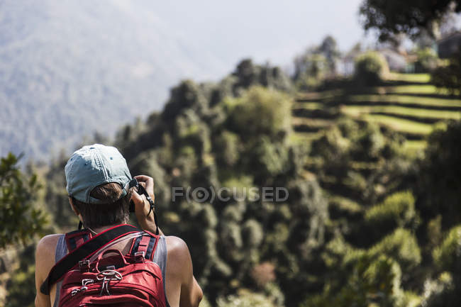Female hiker looking at view, Supi Bageshwar, Uttarakhand, Indian Himalayan Foothills — Stock Photo