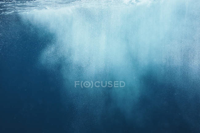 Underwater spray in blue ocean, Fiji, Pacific Ocean — Stock Photo