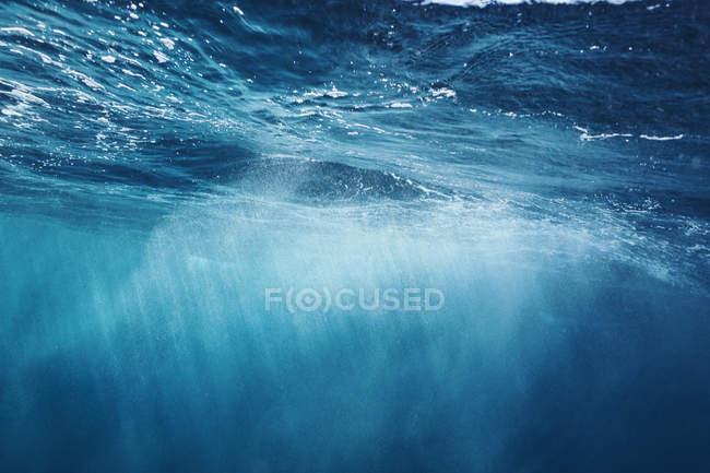 Сонце світить через синій океан, Фіджі, Тихий океан — стокове фото