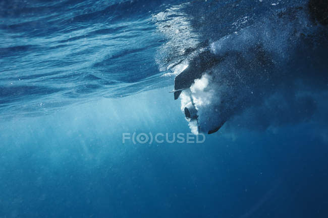 Propellor underwater in blue ocean — Stock Photo