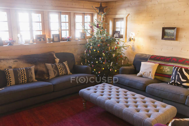 Arbre de Noël dans le salon — Photo de stock