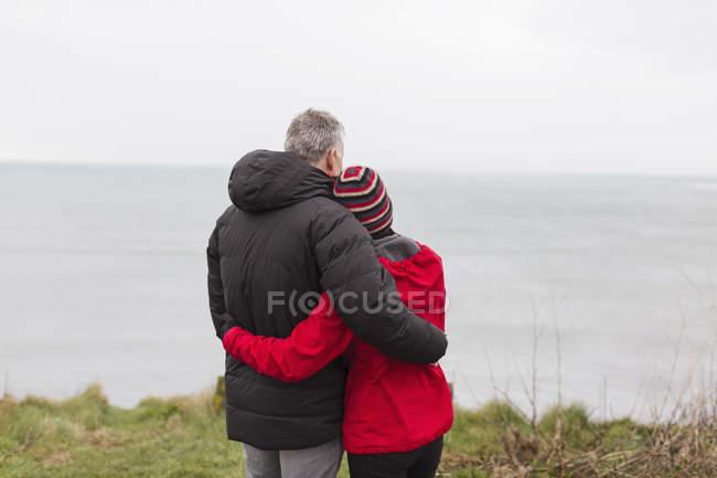Affettuosa, coppia serena godendo vista sull'oceano — Foto stock