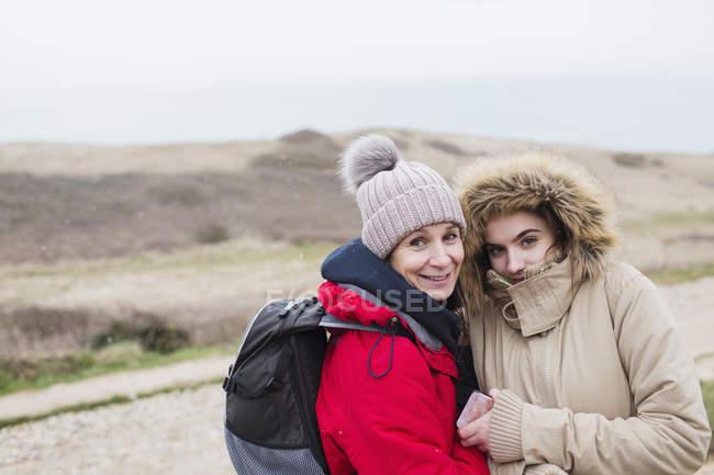 Ritratto madre e figlia sorridenti in abiti caldi — Foto stock