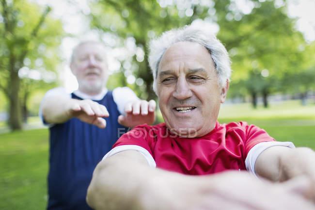 Hommes seniors actifs exerçant dans le parc — Photo de stock