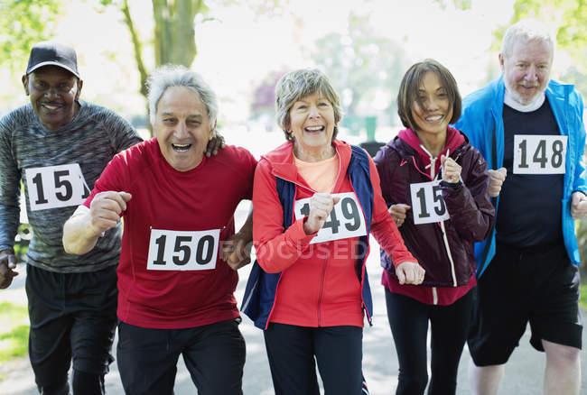 Портрет активных старших друзей, участвующих в спортивных гонках — стоковое фото