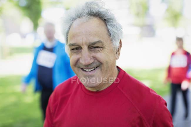 Porträt lächelnder, selbstbewusster Senior im Park — Stockfoto