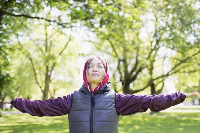 Porträt ruhige aktive senior Frau stretching im park — Stockfoto