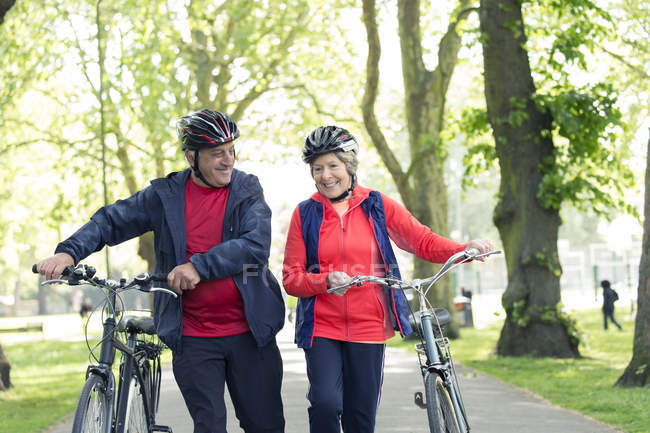 Vélo de randonnée en couple senior actif dans le parc — Photo de stock
