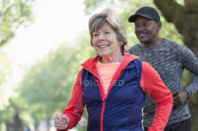 Sorridente attiva donna anziana potere camminare nel parco — Foto stock