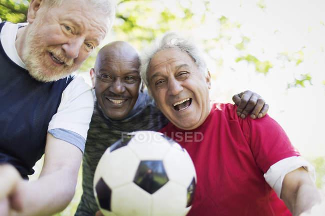 Amici di uomini attivi senior ritratto che giocano calcio — Foto stock