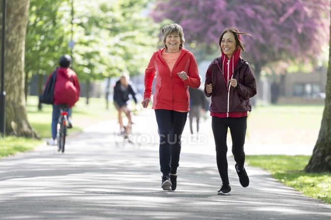 Mulheres idosas ativas amigos correndo no parque — Fotografia de Stock