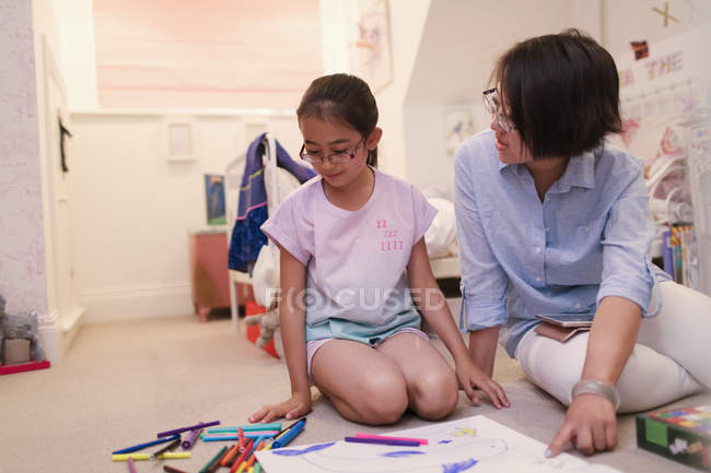 Mother and daughter coloring on bedroom floor — Foto stock