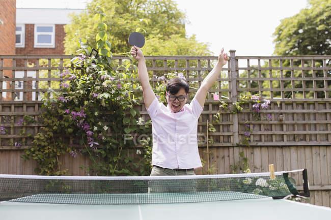 Esuberante uomo tennis da tavolo, celebrando — Foto stock