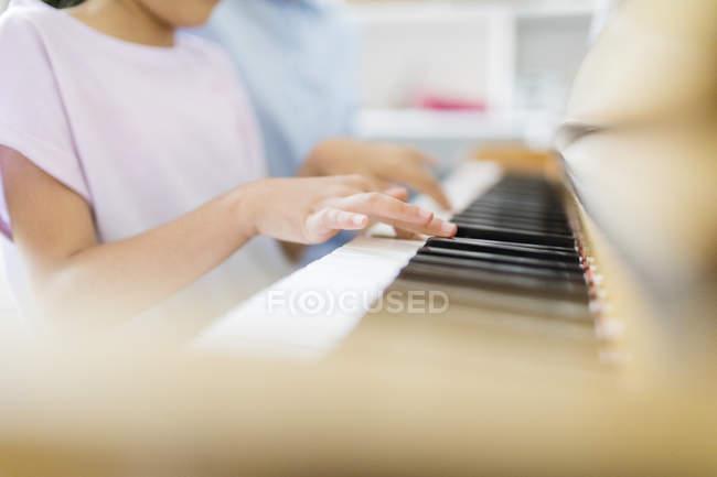 Madre e figlia a suonare il pianoforte — Foto stock