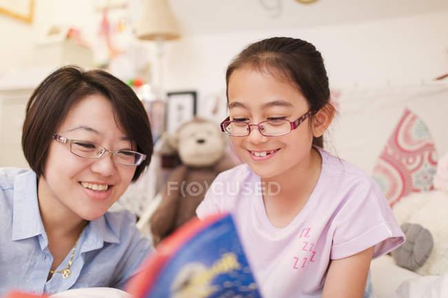 Mutter und Tochter-Lesebuch — Stockfoto