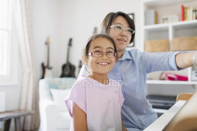 Mère et fille jouant du piano — Photo de stock
