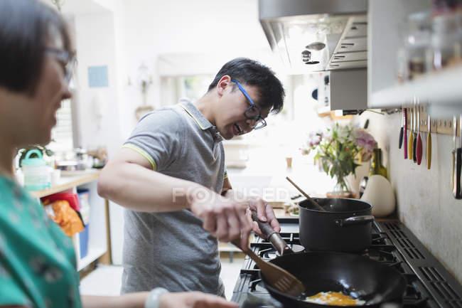 Пара, приготування їжі в кухонної плити — стокове фото
