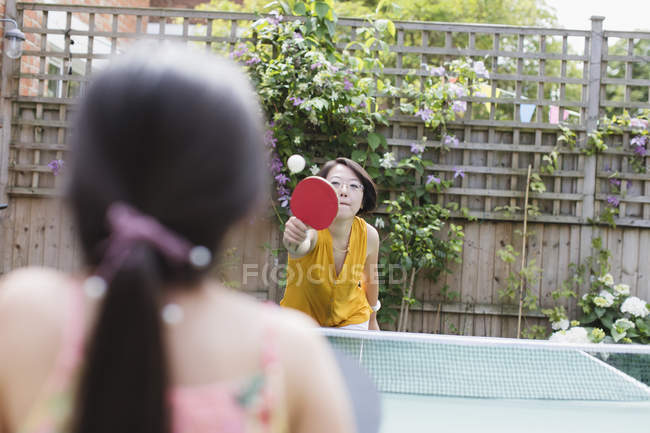 Mother and daughter playing table tennis — Foto stock
