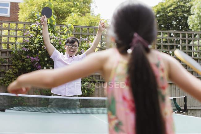 Esuberante padre e figlia che giocano a ping-pong — Foto stock