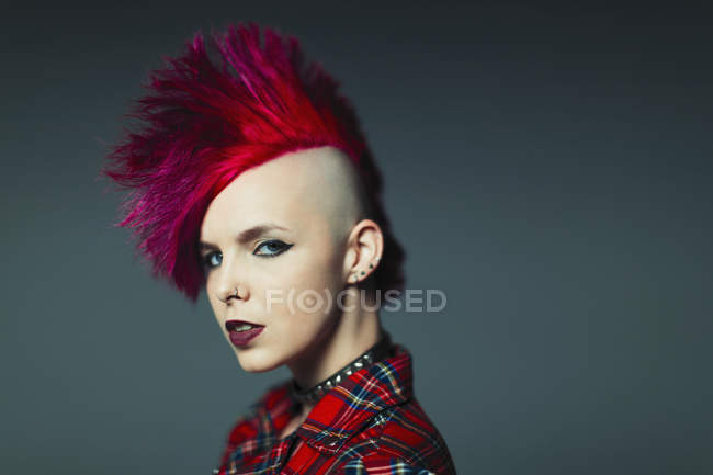 Portrait confiante, cool jeune femme mohawk rose — Photo de stock