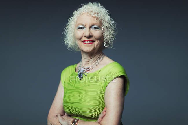 Ritratto sorridente, donna anziana sicura di sé — Foto stock