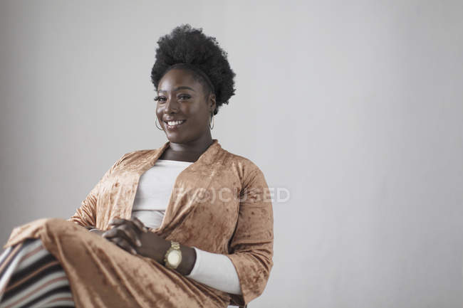 Retrato sonriente, mujer joven confiada - foto de stock